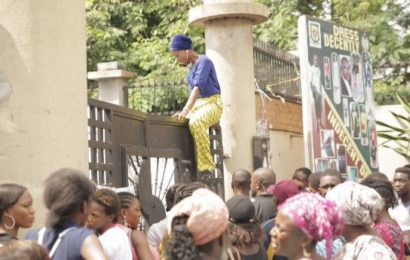 STUDENTS SCALE GATES to ESCAPE AS PROTEST BROKE AT YABATECH (PHOTOS)